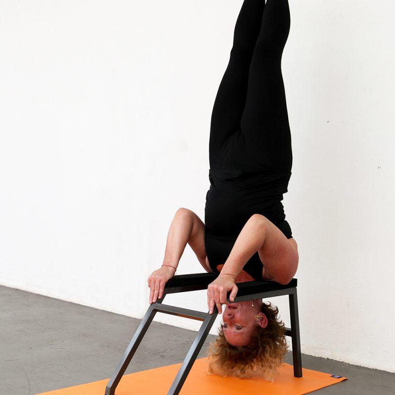 Critical Alignment Yoga yogalessen les volgen hoofdstandbankje bij Pristine Yoga en Pilates van lerares Nancy Adams in Waalwijk Tilburg Noord-Brabant