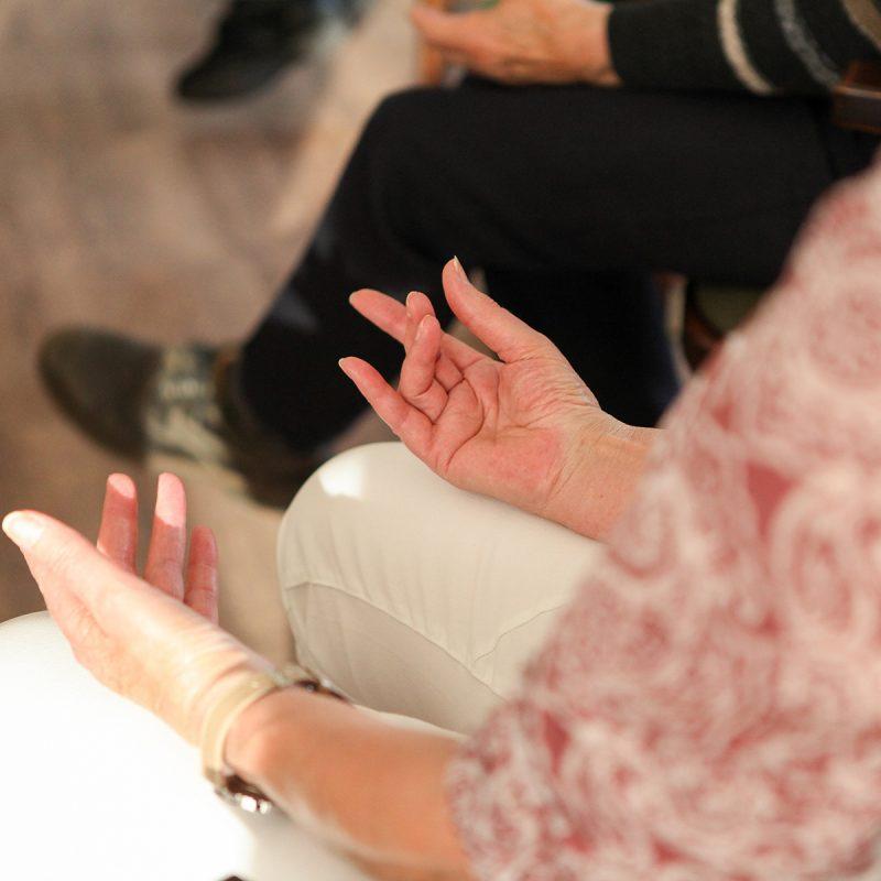 Stoelyoga voor ouderen yoga op kantoor en bedrijfsyoga bij Pristine Yoga en Pilates van lerares Nancy Adams in Waalwijk en Tilburg in Noord-Brabant